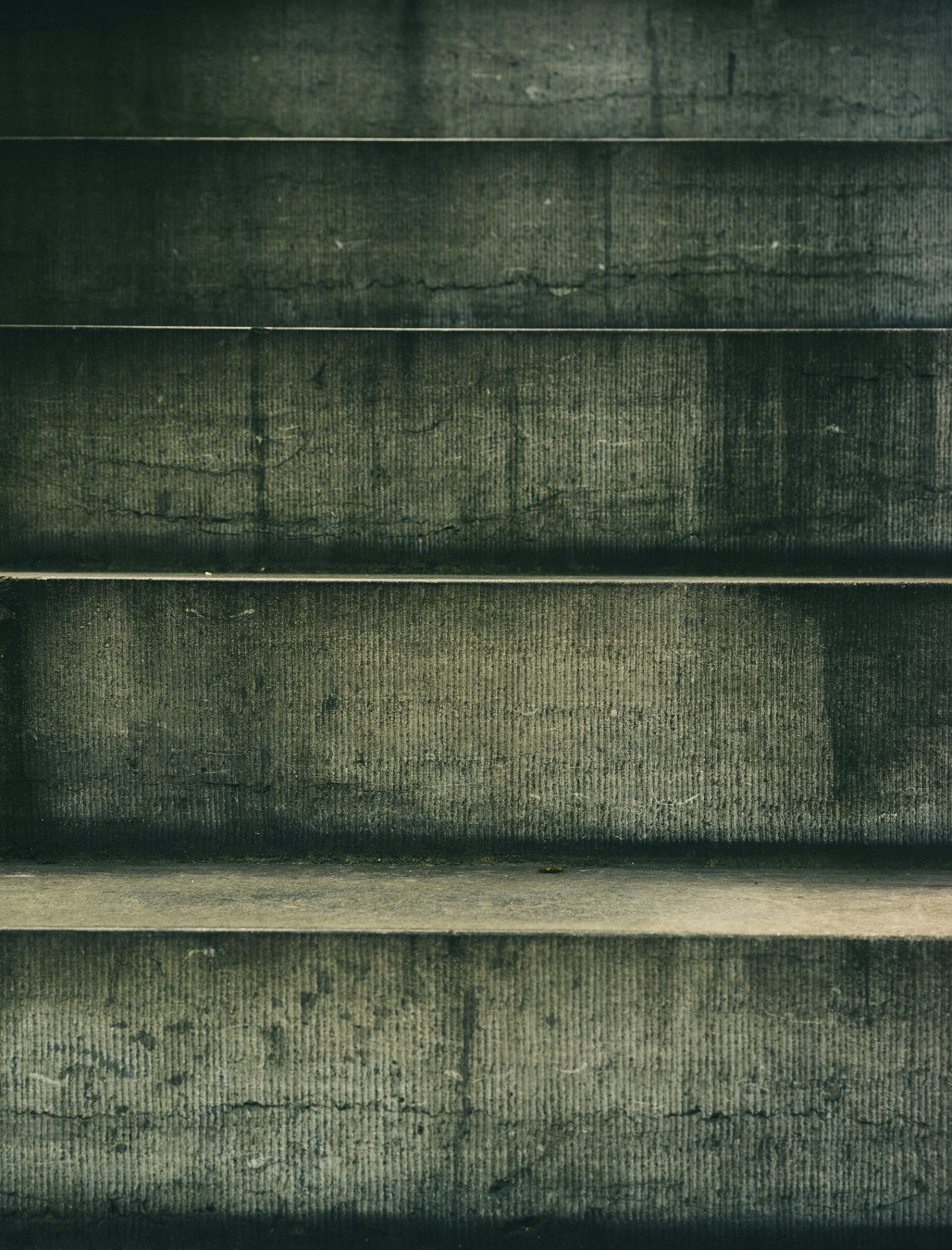 A photo of 5 concrete steps